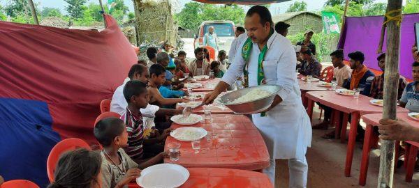 नवगछिया : लालू चाचा के 74वें जन्मदिन पर गरीब, कमजोर लोगों के बीच हुआ भोज की व्यवस्था
