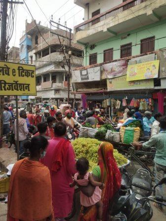 नवगछिया : वट सावित्री व्रत को लेकर नवगछिया बाजार में उमड़ी लोगों की भीड़